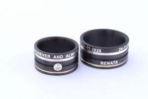 Customised trouwringen zwart zirkonium met ingelegde letters Goudsmid Teuns Design Wijchen