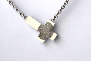 Kruis met vingerafdruk edelstaal handmade Teuns Design goudsmid Wijchen