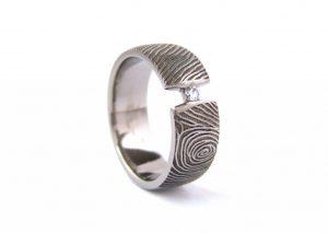 Gedenkring titanium ring met vingerafdruk en briljant Teuns Design goudsmid Wijchen regio Nijmegen / Oss