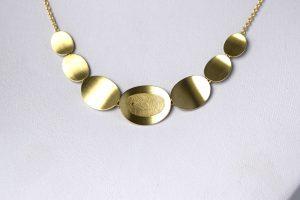Geelgouden collier met vingerafdruk Teuns Design Wijchen Goudsmid