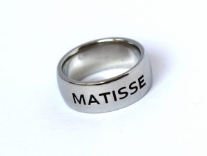 Naamring Matisse in witgoud met gegoten tekst gravure Teuns Design Wijchen