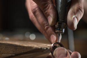 Teuns Design Jewelry Wijchen goudsmid aan het werk met verschillende materialen