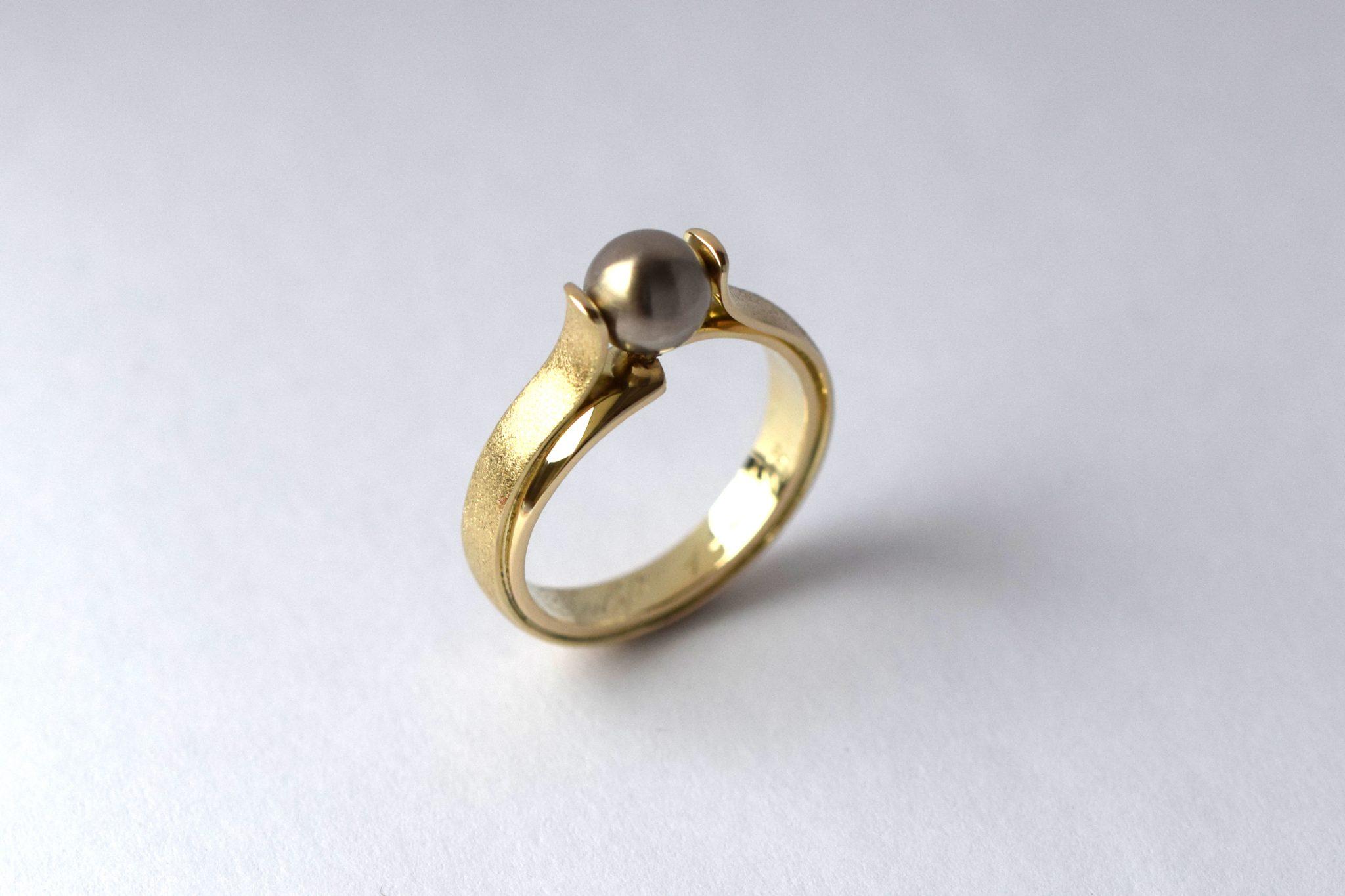 Nét afgeleverd: gedenksieraad van trouwringen met as