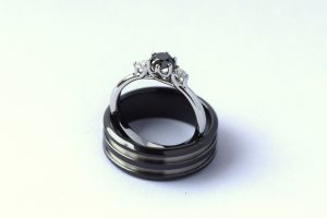 Trouwringen zwart / wit combinatie met diamant en zirkonium door Teuns Design goudsmid regio Nijmegen / Wijchen