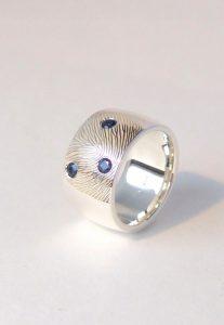 Zilveren ring met vingerafdruk en saffier Teuns Design goudsmid Wijchen